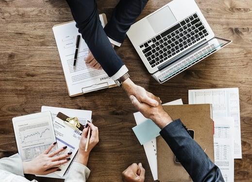 La relation entre les équipes marketings et commerciales est primordiale dans une stratégie de lead scoring.